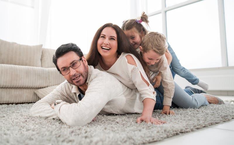 Het gelukkige familie ontspannen in comfortabele woonkamer royalty-vrije stock fotografie