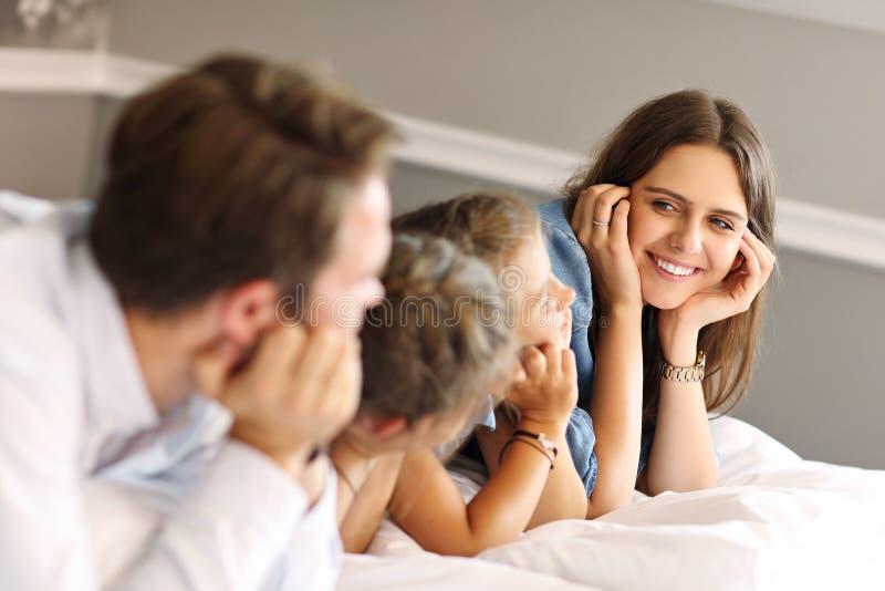 Het gelukkige familie ontspannen in hotelruimte stock fotografie