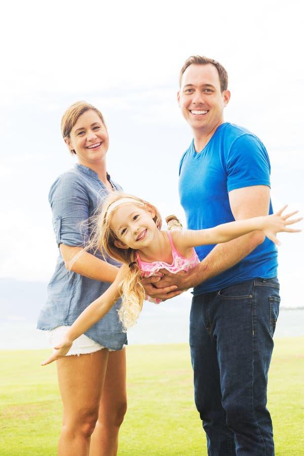 Het gelukkige familie spelen royalty-vrije stock afbeelding