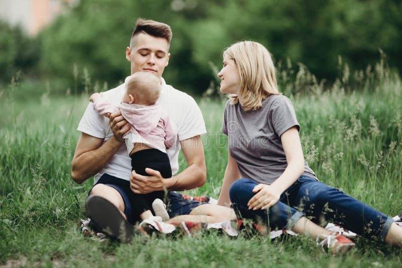 Het gelukkige familie spelen met babydochter in aard royalty-vrije stock fotografie