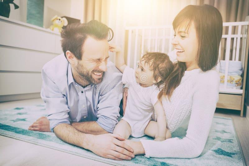 Het gelukkige familie spelen met een baby royalty-vrije stock afbeelding