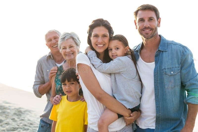 Het gelukkige familie stellen bij het strand stock afbeelding