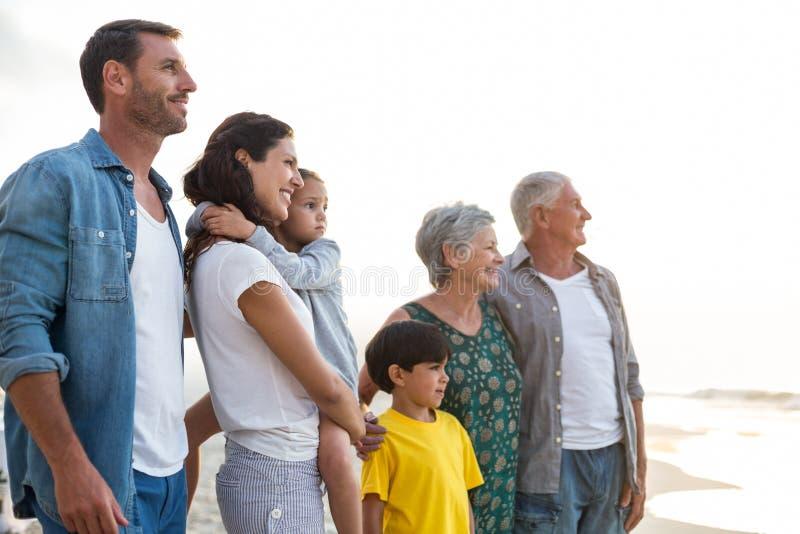 Het gelukkige familie stellen bij het strand royalty-vrije stock foto