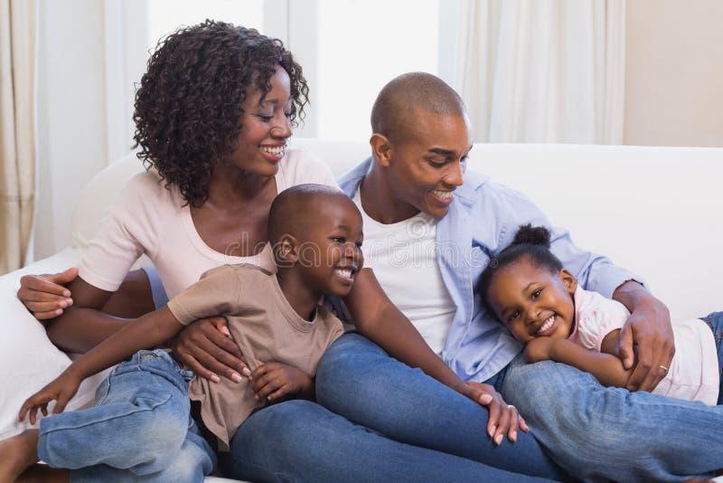 Het gelukkige familie stellen op de laag samen royalty-vrije stock afbeelding