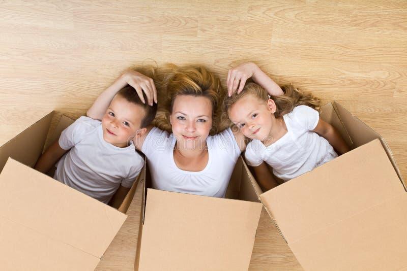Het gelukkige familie uitpakken royalty-vrije stock foto's