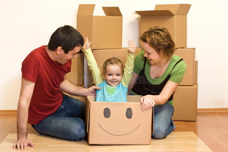 Het gelukkige familie uitpakken in hun nieuw huis royalty-vrije stock fotografie