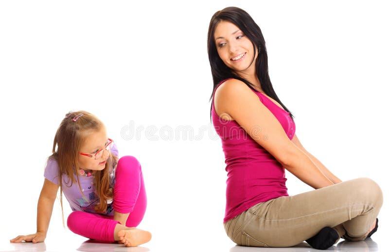 Het gelukkige familiemoeder spelen met haar dochter stock foto's