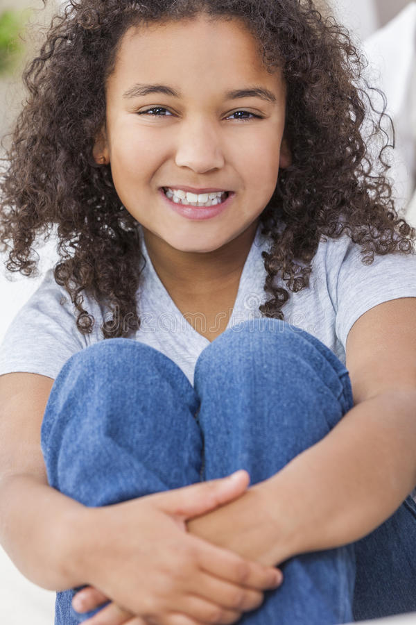 Het gelukkige Gemengde Kind van het Ras Afrikaanse Amerikaanse Meisje stock afbeelding
