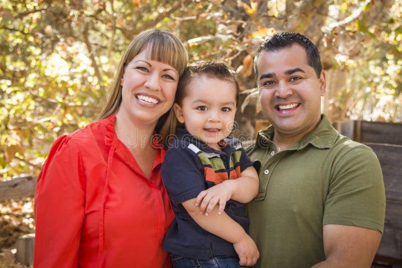 Het gelukkige Gemengde Rasfamilie Stellen voor een Portret stock afbeelding