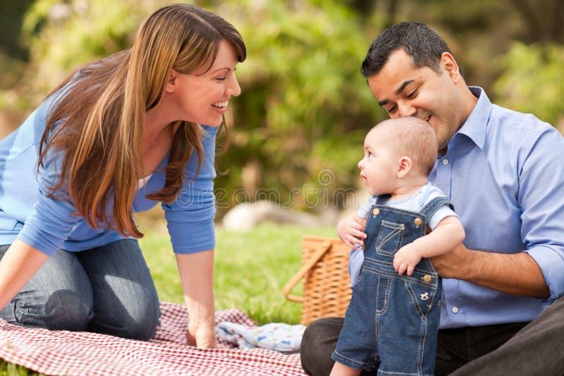 Het gelukkige Gemengde Spelen van de Familie van het Ras in het Park stock foto's