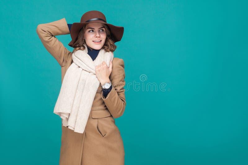 Het gelukkige glimlachende meisje kleedde zich in de herfstlaag, hoed en sjaal royalty-vrije stock fotografie