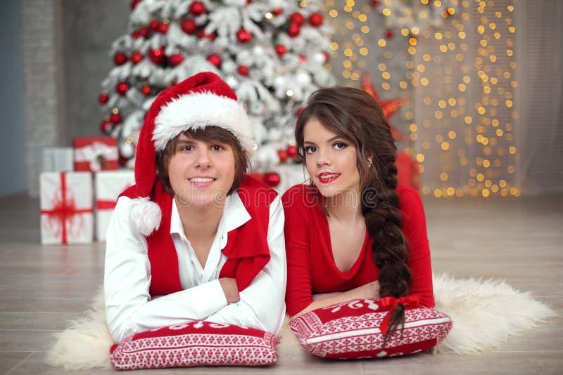 Het gelukkige glimlachende tienermeisje met lange vlecht bond rode boog en rode lip royalty-vrije stock foto