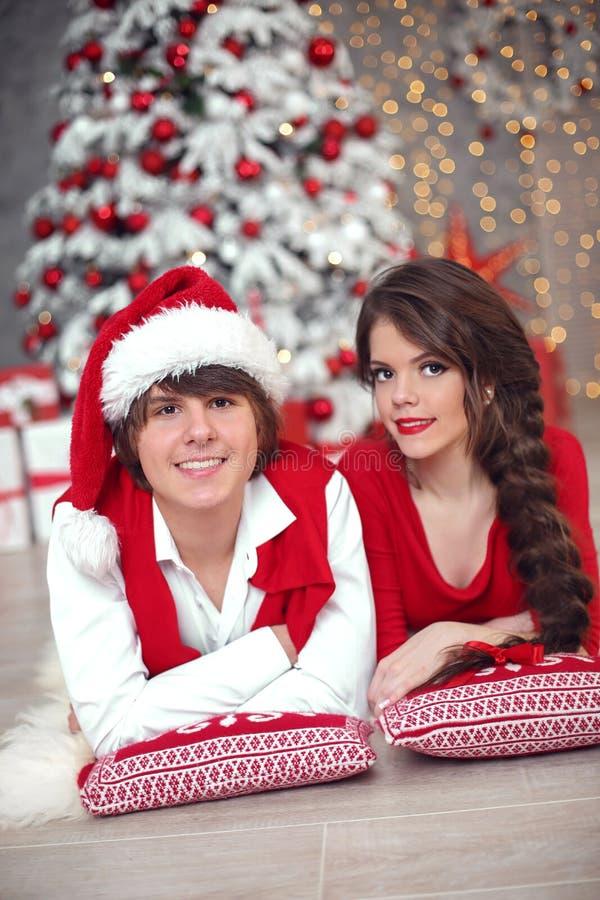 Het gelukkige glimlachende tienermeisje met lange vlecht bond rode boog en rode lip stock foto's