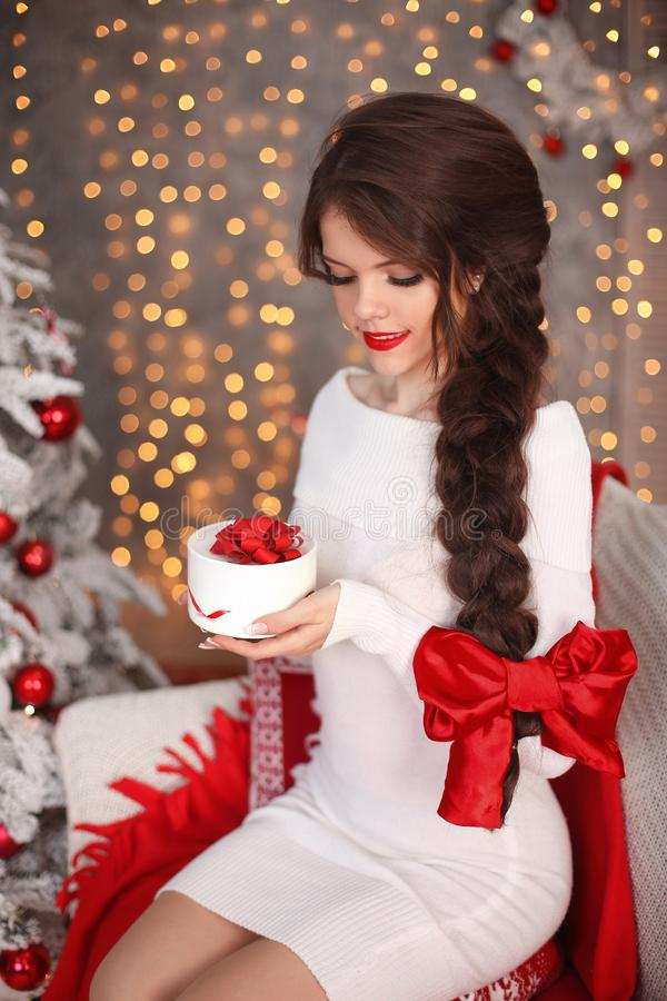 Het gelukkige glimlachende tienermeisje met lange vlecht bond rode boog en rode lip royalty-vrije stock afbeelding