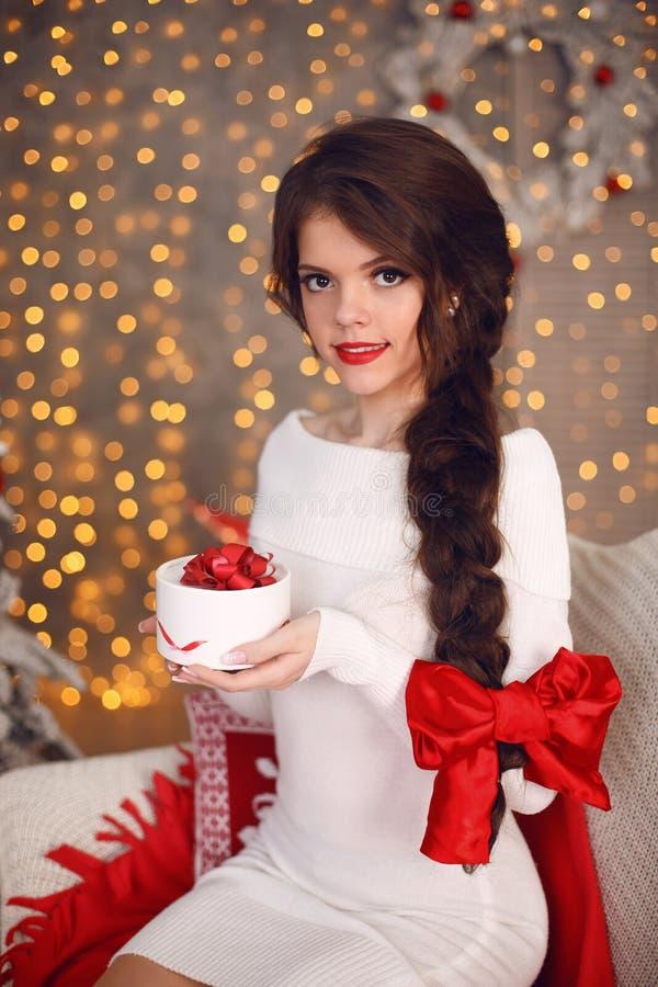 Het gelukkige glimlachende tienermeisje met lange vlecht bond rode boog en rode lip stock afbeelding
