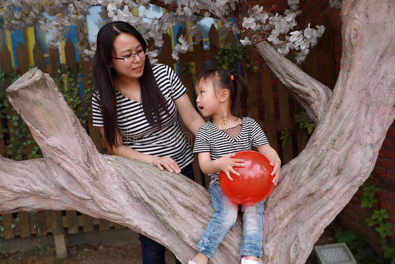 Het gelukkige glimlachkind met moedermamma en de dochter spelen zomer van de activiteiten blije kinderjaren van de ballon de open royalty-vrije stock foto's