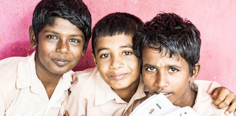Het gelukkige grappige de jongensklasgenoten van kinderenvrienden glimlachen die bij de school lachen Banner panoramische grootte stock foto's