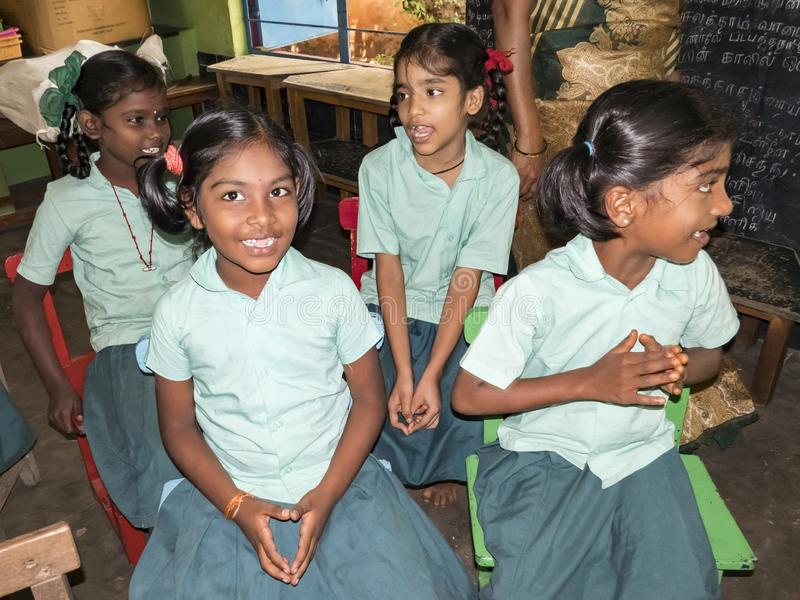 Het gelukkige grappige de meisjes en de jongensklasgenoten van kinderenvrienden glimlachen die in klaslokaal bij de school lachen stock foto
