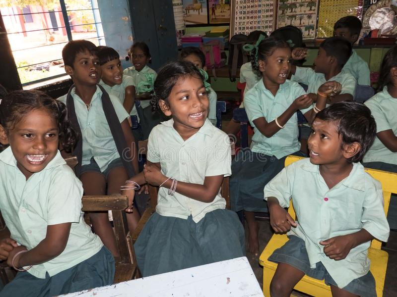 Het gelukkige grappige de meisjes en de jongensklasgenoten van kinderenvrienden glimlachen die in klaslokaal bij de school lachen royalty-vrije stock afbeelding