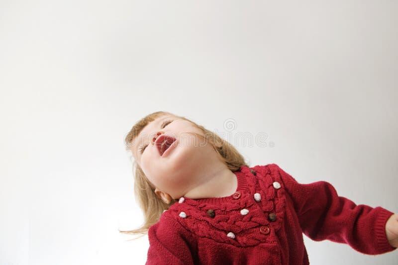 Het gelukkige grappige meisje emotionele spelen Leuk Kaukasisch blond babymeisje stock afbeeldingen