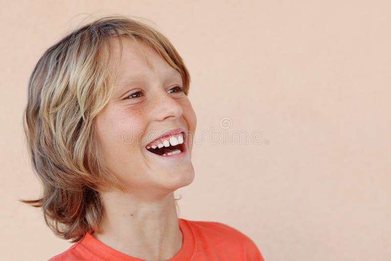 Het gelukkige het glimlachen jongen lachen stock afbeelding