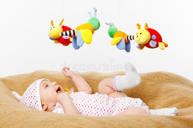 Het gelukkige het glimlachen Spelen van de Baby met speelgoed stock afbeeldingen