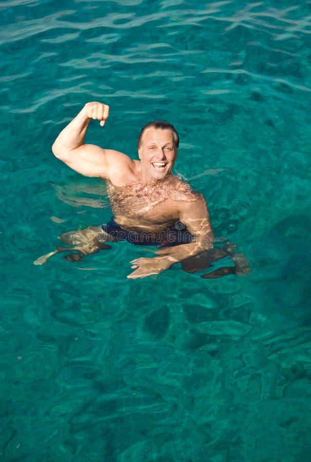 Het gelukkige het lachen mens stellen in het water royalty-vrije stock foto