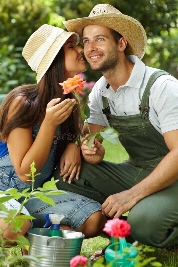 Het gelukkige het tuinieren paar kussen stock foto's