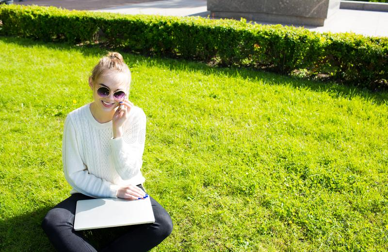 Het gelukkige hipstermeisje roepen stock fotografie