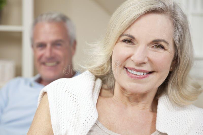 Het gelukkige Hogere Paar dat van de Man & van de Vrouw thuis glimlacht royalty-vrije stock foto's