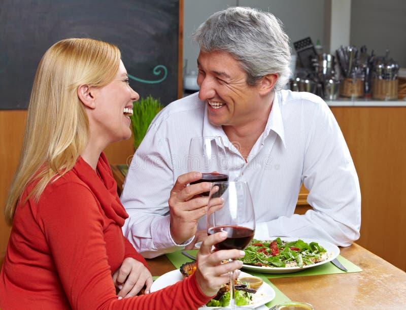 Het gelukkige hogere paar dineren stock afbeeldingen