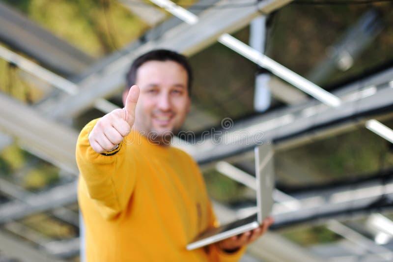 Het gelukkige ingenieur werken royalty-vrije stock foto's