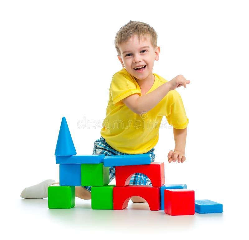 Het gelukkige jong geitje spelen met kleurrijke blokken royalty-vrije stock foto