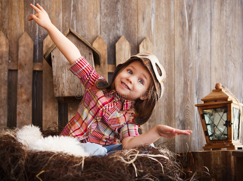 Het gelukkige jong geitje spelen in proefhelm dichtbij stock fotografie