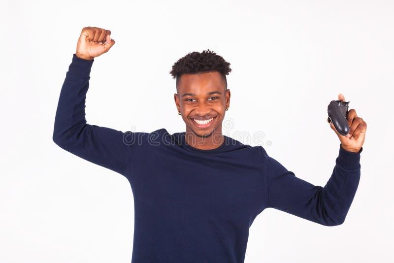 Het gelukkige jonge Afrikaanse Amerikaanse mensen speelvideospelletjes vieren royalty-vrije stock foto