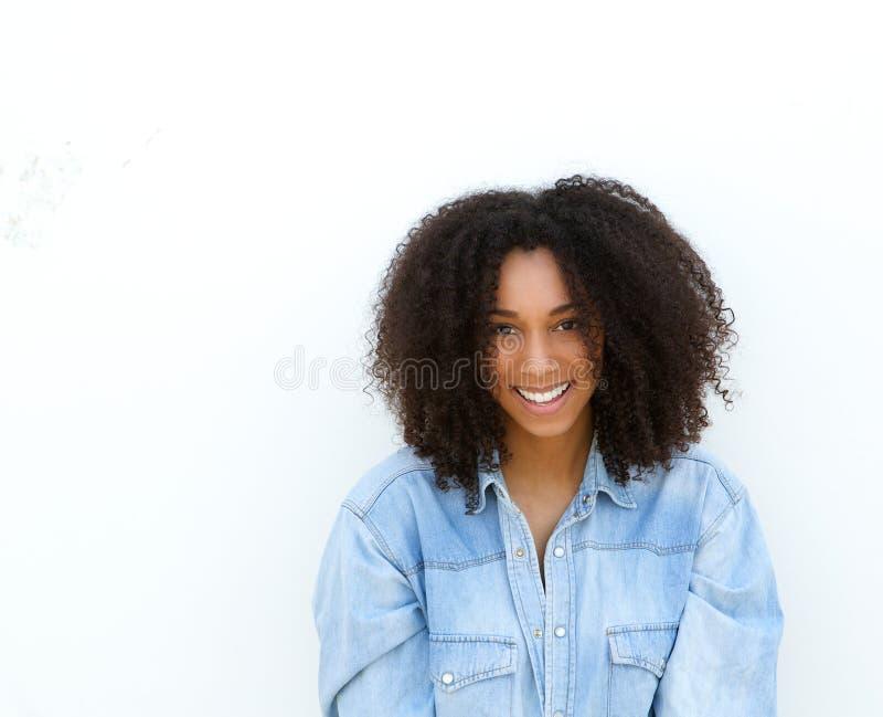 Het gelukkige jonge Afrikaanse Amerikaanse vrouw glimlachen royalty-vrije stock afbeeldingen