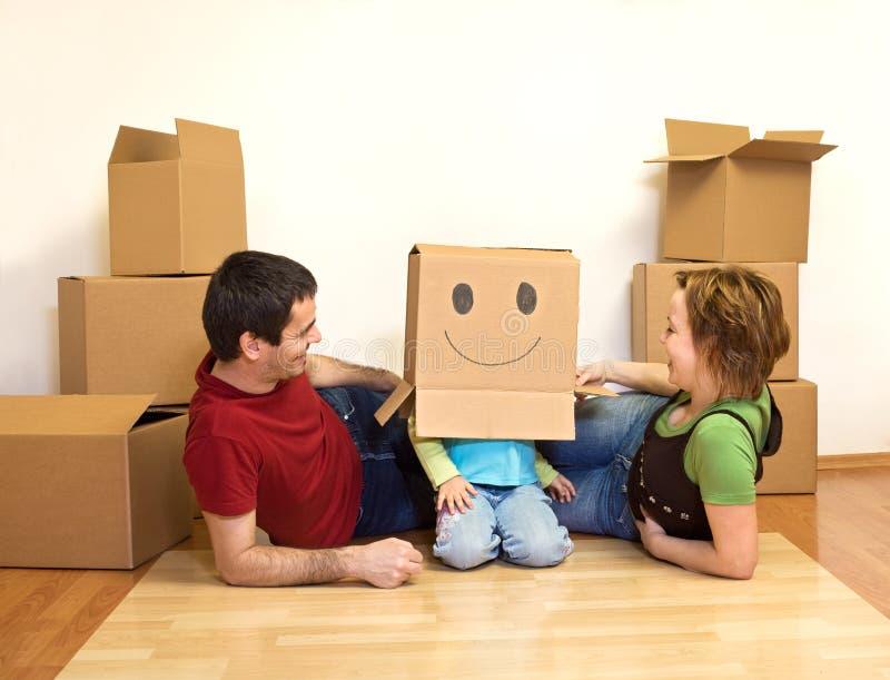 Het gelukkige jonge familie spelen stock afbeeldingen
