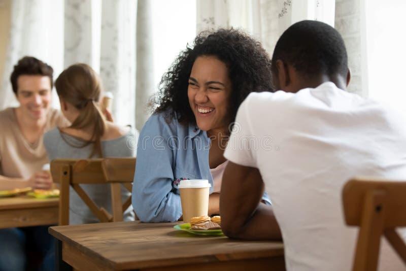 Het gelukkige jonge gemengde rasmeisje het aanwezig zijn snelheid dateren royalty-vrije stock afbeelding
