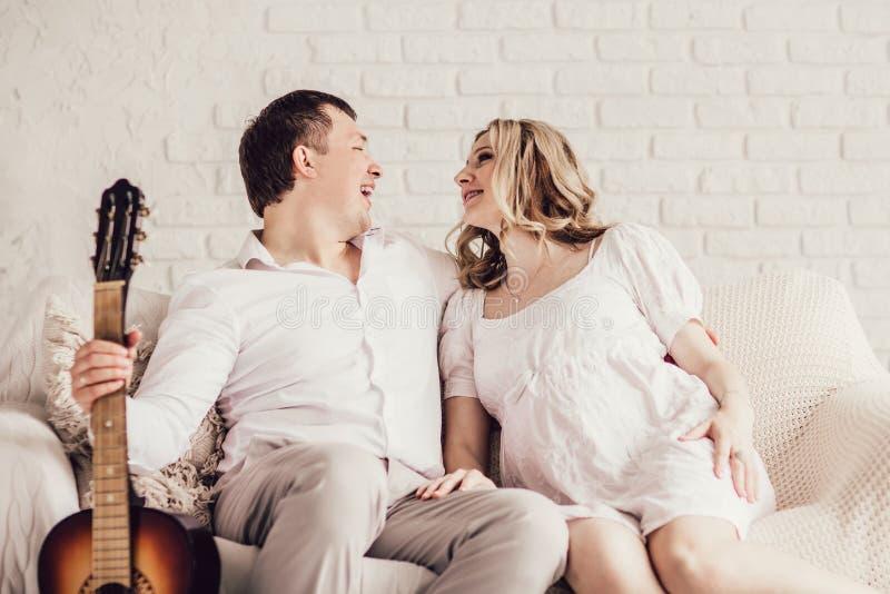 Het gelukkige jonge paar brengt samen hun vrije tijd door royalty-vrije stock foto's