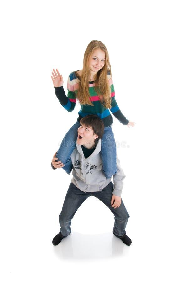 Het gelukkige jonge paar dat op een wit wordt geïsoleerdn royalty-vrije stock foto