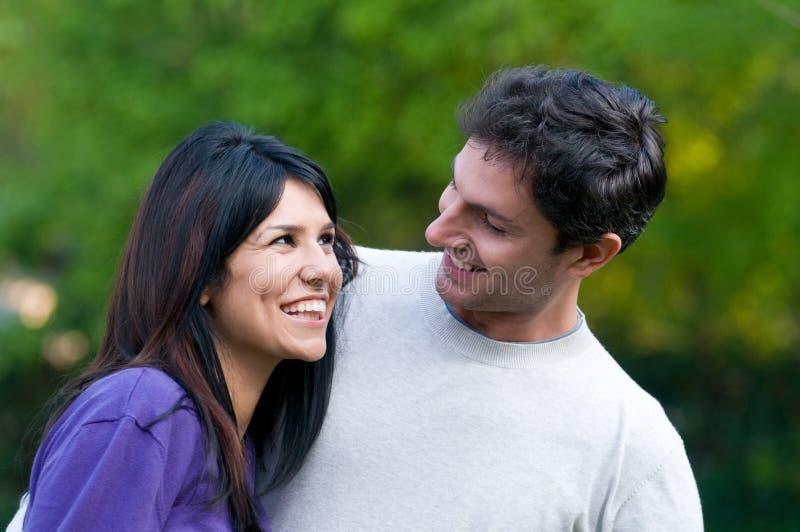 Het gelukkige jonge paar heeft samen pret stock fotografie
