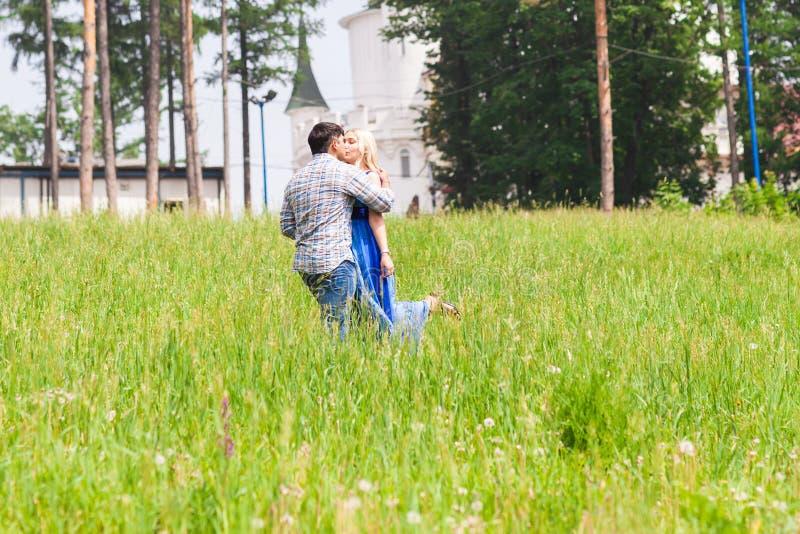 Het gelukkige jonge paar kussen in een de zomerpark Het concept van de liefde Vakantie stock foto