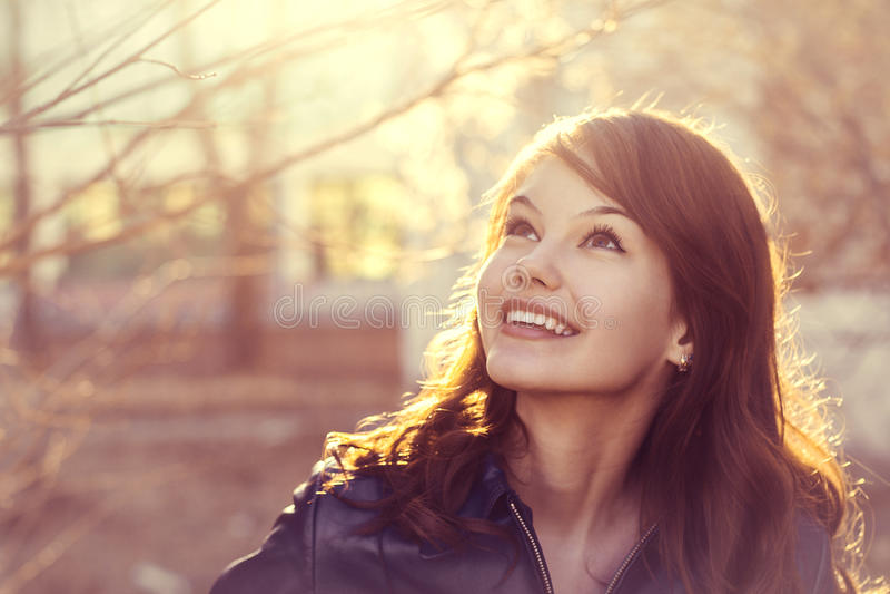 Het gelukkige jonge portret van de het zonlichtstad van de glimlachvrouw stock afbeeldingen