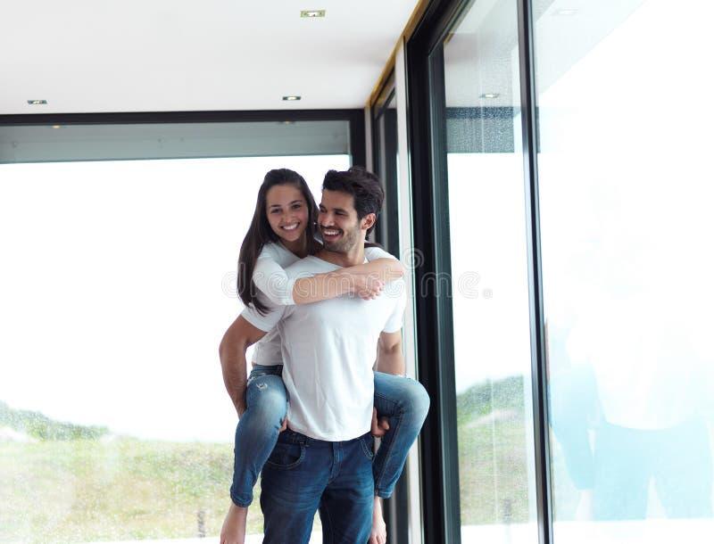 Het gelukkige jonge romantische paar heeft pret en ontspant thuis binnen royalty-vrije stock foto
