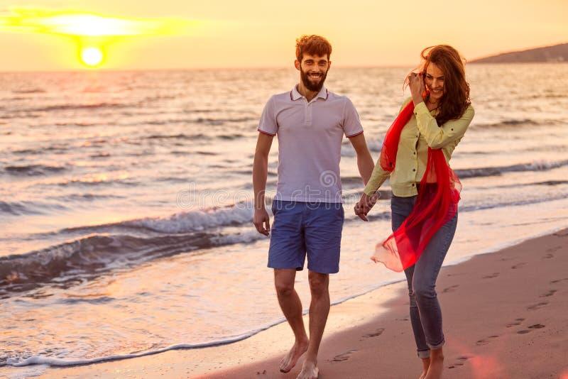 Het gelukkige jonge romantische paar in liefde heeft pret op mooi strand bij mooie de zomerdag royalty-vrije stock foto's