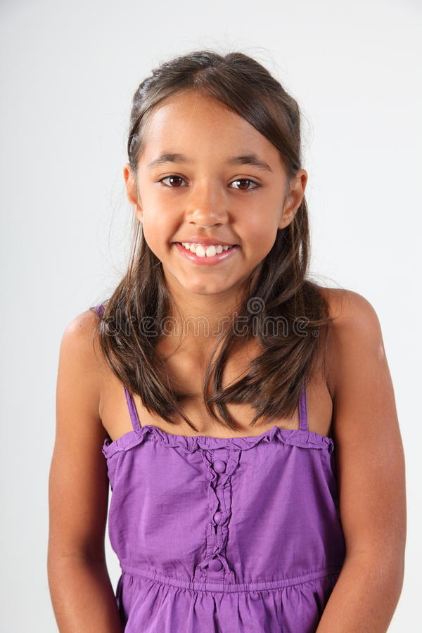 Het gelukkige jonge schoolmeisje dat van het portret purpere bovenkant draagt royalty-vrije stock fotografie