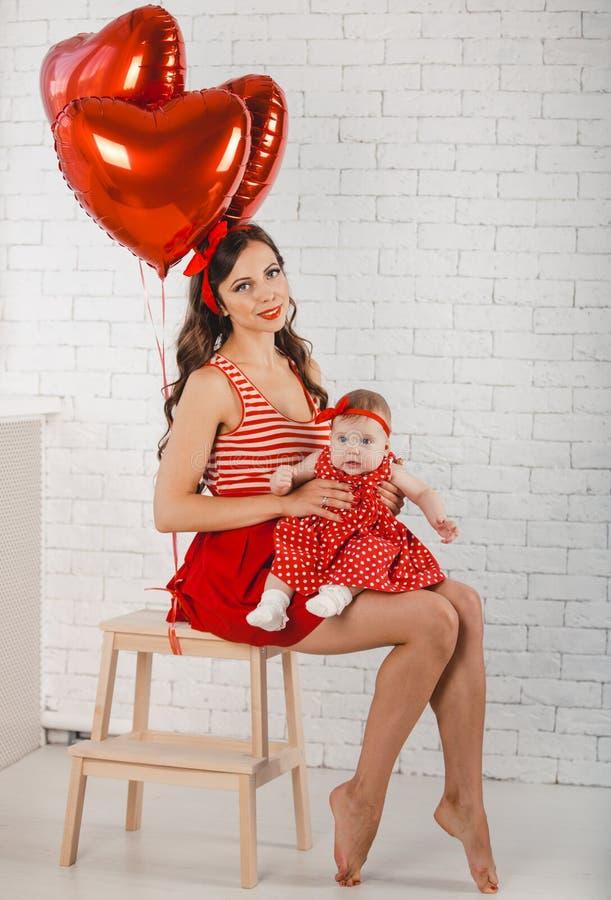 Het gelukkige jonge van de familiemoeder en dochter stellen in studio royalty-vrije stock afbeeldingen