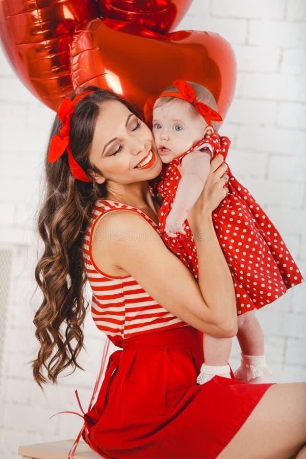 Het gelukkige jonge van de familiemoeder en dochter stellen in studio royalty-vrije stock foto's