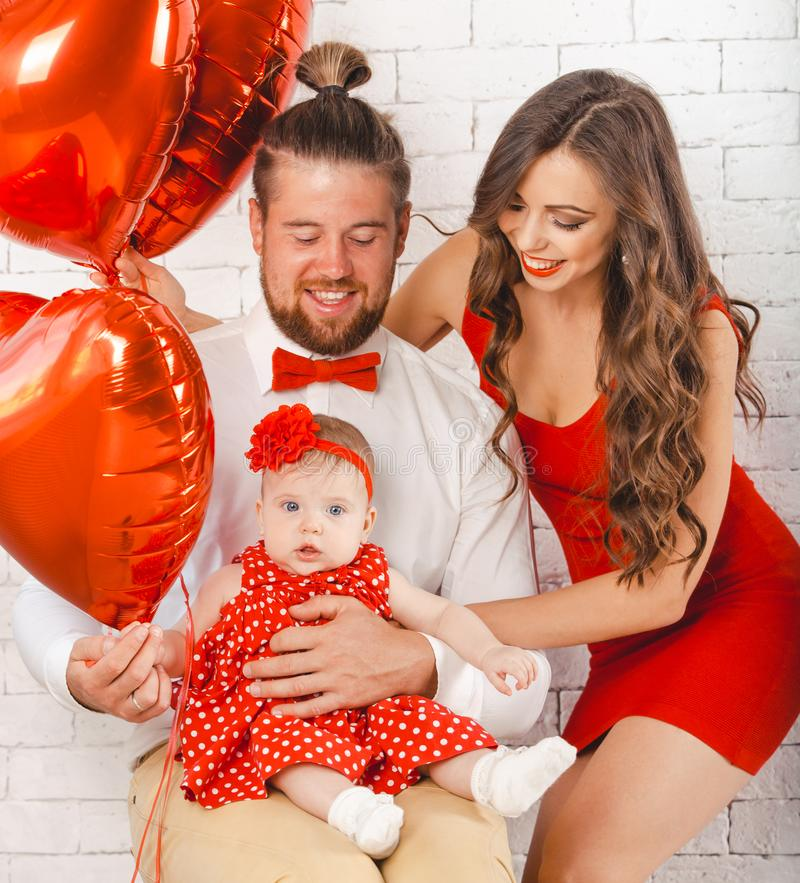 Het gelukkige jonge van de van de familiemoeder, vader en dochter stellen in studio royalty-vrije stock foto