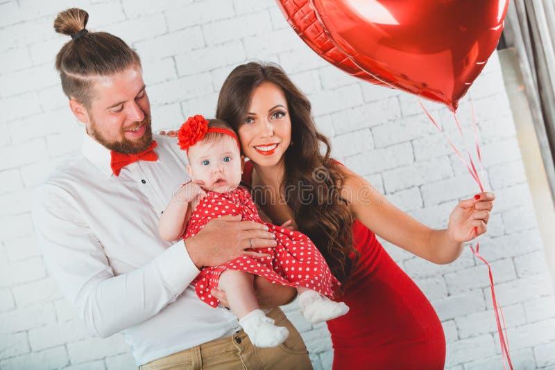 Het gelukkige jonge van de van de familiemoeder, vader en dochter stellen in studio royalty-vrije stock afbeeldingen